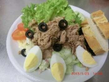 Salatteller mit Thunfisch,Oliven und Ei  vom Büffet