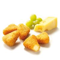 Käseecken mit Preiselbeeren, dazu Kartoffelspalten und Salat
