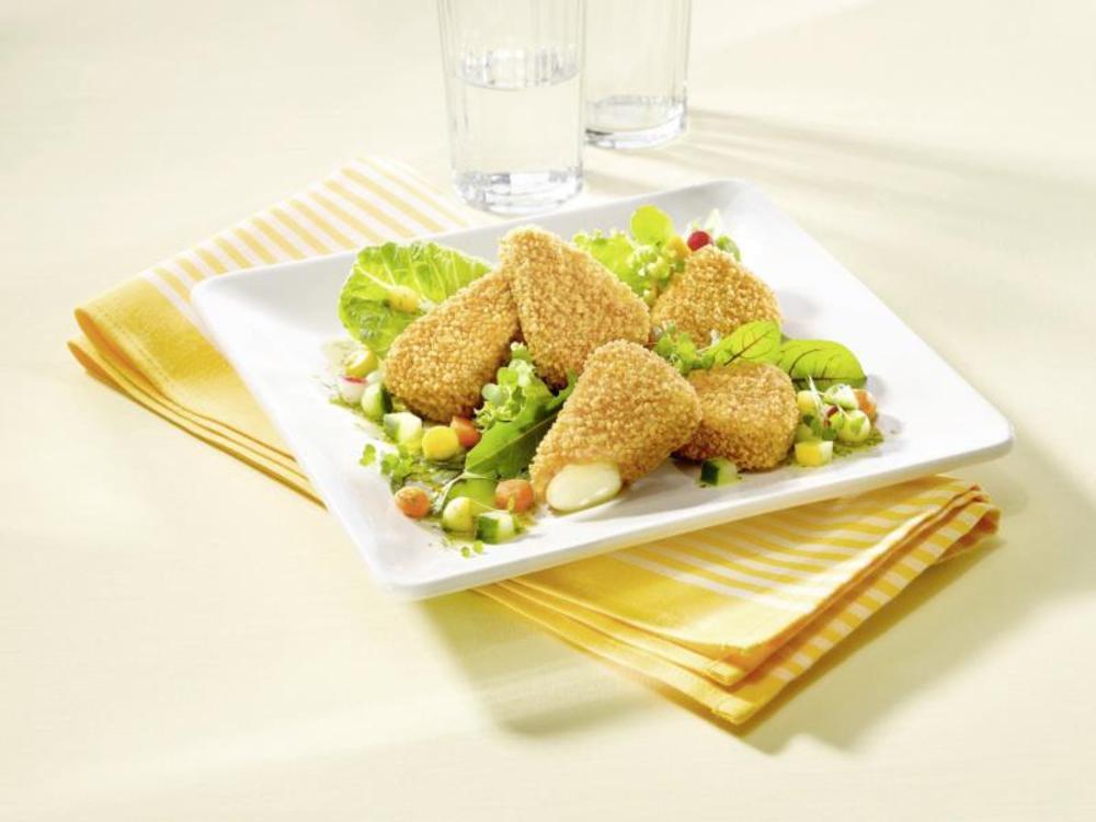 Briespitzen mit Preiselbeeren, dazu Kartoffelspalten und Salat