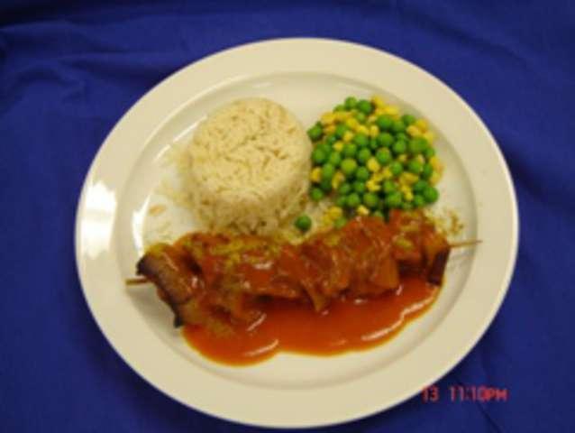 Schaschliktopf mit Currysauce, Erbsen-Mais-Gemüse Reis,( mit Schwein) Dessert: Fruchtjoghurt