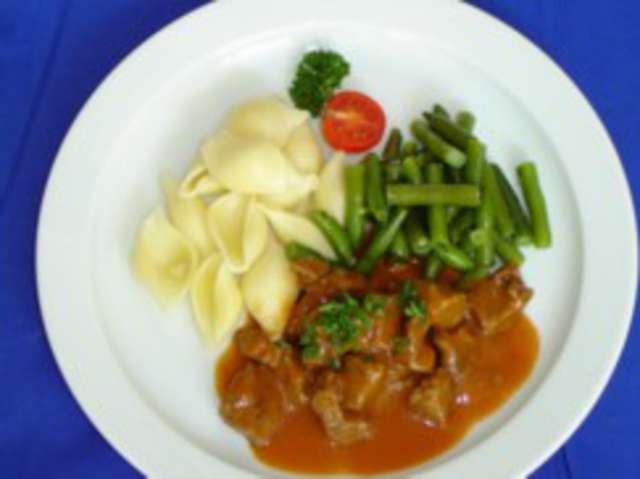 Ungarisches Schweinegulasch mit Nudeln und Herbstgemüse,  Dessert: Schokopudding