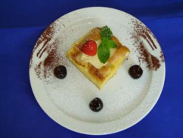 """Süße Tauben """"Brötchen gefüllt mit Topfen und Marmelade"""" Sahnesauce , Dessert: Birnenkompott"""