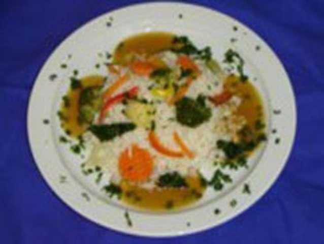 Gemüsereis mit frischen Kräuter, kleinen Salat, Sauce , Dessert:  Apfel ( ohne Schwein ) vegetarisch