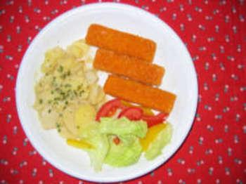 Fischstäbchen mit gemischtem Salat