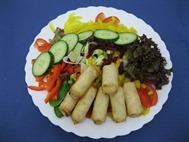 Salatteller mit Mini-Frühlingsrollen
