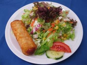 Salatteller mit Wiener im Röstimantel