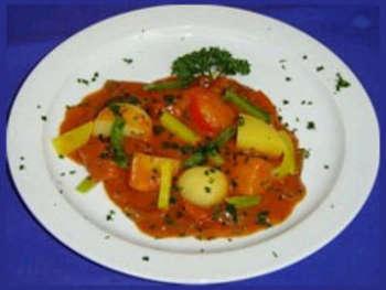 Gulasch mit Nudeln und Salat