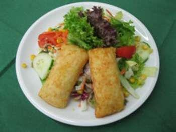 Salatteller mit Kartoffeltaschen mit Frischkäse
