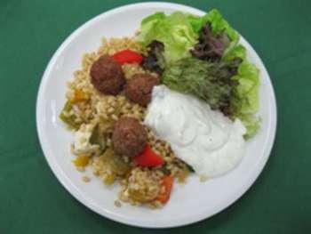 Griechische Weizenpfanne, vegetarisch, Tsaziki, Salat, Salatdressing, Essig/Öl