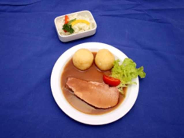 Schinkenbraten, Soße, Kartoffeln und Salat