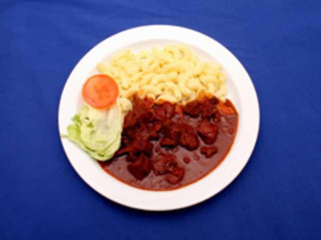 Rindergulasch mit Kartoffelpüree, Salat