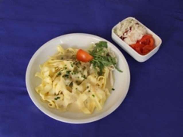 Dinkelnudeln mit Lachssoße und Salat