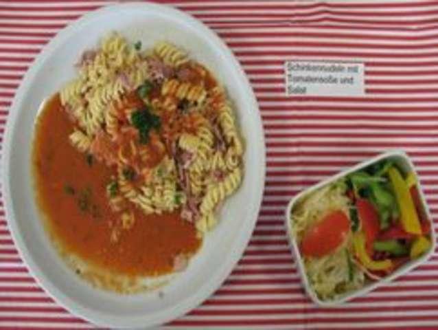 Schinkennudeln mit Tomatensoße und Salat