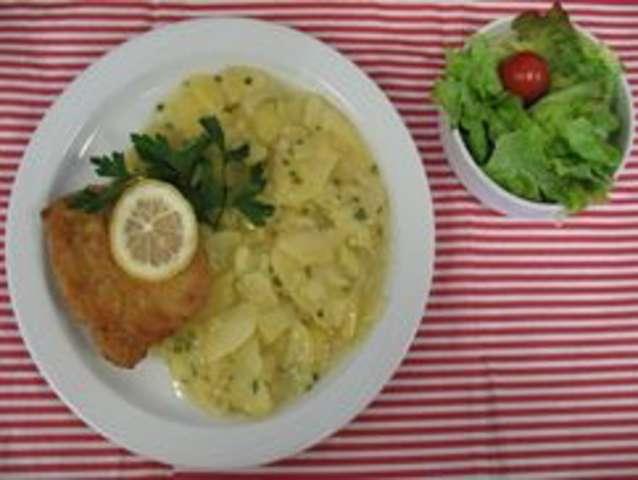 Cordonbleu mit Kartoffelsalat und Salat