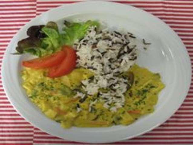 Kichererbsencurry mit Reis und Salat