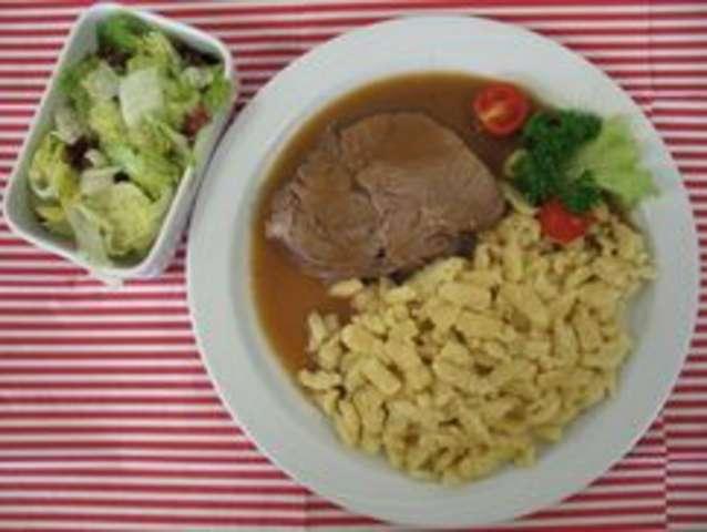 Schweinefilet mit Champignonrahm, Spätzlenudeln und Salat