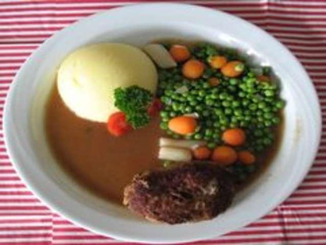 Fleischküchle,Soße, Kartoffelpüree und Erbsen-Karottengemüse