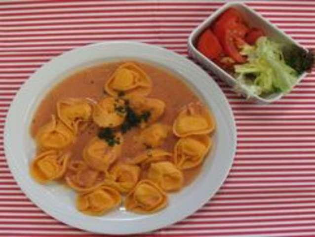 Tortellini mit Tomatensoße und Salat