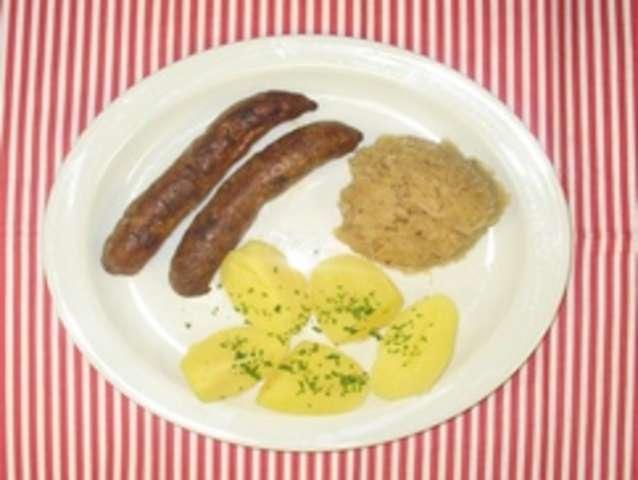 2 Fränkische Bratwürste mit Sauerkraut und Kartoffeln