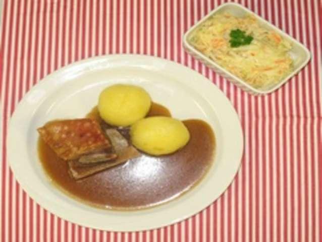 Schäufele mit Kloß und Salat