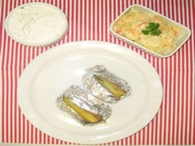 Ofenkartoffel mit Dip und Salat