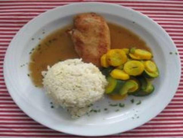 Putenbrust, Soße, Reis und Salat