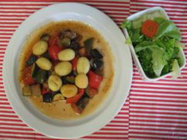 Gnocchi mit Tomatengemüse und Salat
