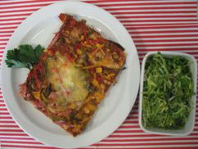Salami-Champignon-Pizza mit Salat