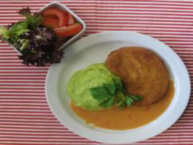 Gemüseschnitzel mit Erbsen-Karottengemüse und Kartoffeln