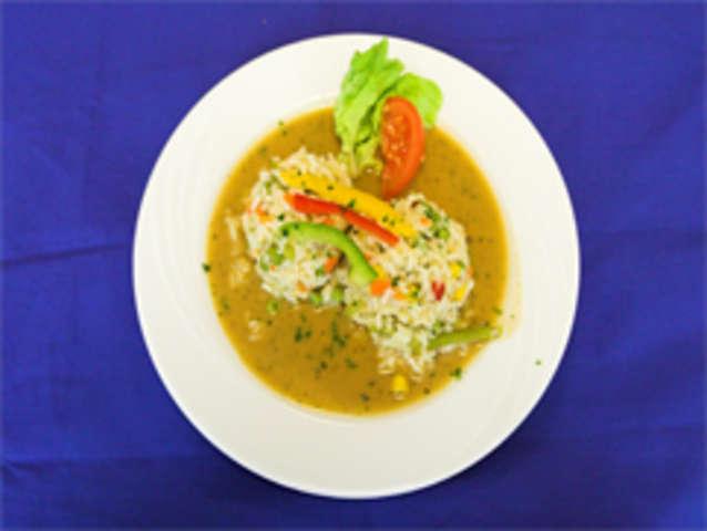Gemüse-Reispfanne mit Dip und Salat
