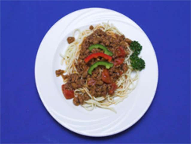 Spaghetti, Hackfleischsoße und Salat