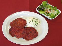 Rote Gemüsepuffer mit Dip und Salat