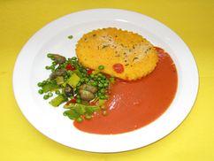 Polentaschnitten mit Tomatensoße und Gemüse