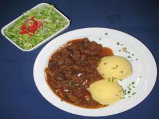 Gulasch mit Kartoffeln und Salat