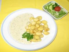 Gnocchi in Spinat-Käsesoße und Salat