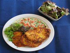 Erbsen-Frikadellen auf Currygemüse und Salat