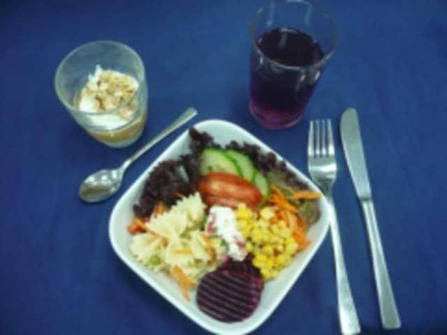 kleiner Salat mit Getränk u. Nachtisch