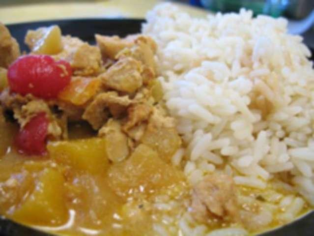 Geschnetzeltes (Geflügel) in Curry-Früchte-Rahm mit Reis