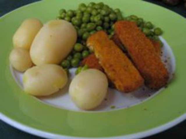 Fischstäbchen mit Reis und Erbsen