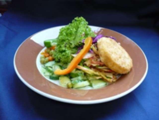Salatteller mit gebackenem Feta