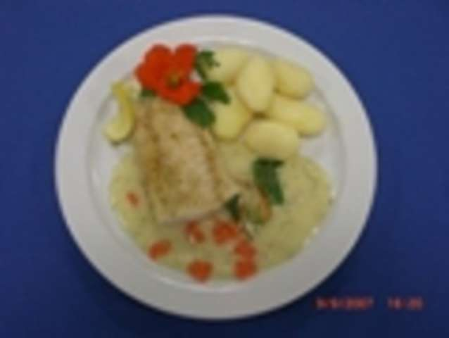Gebratenes Seehechtfilet mit Dillsauce, Broccoli und Kartoffeln