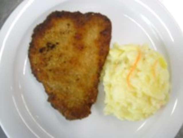 Paniertes Schweineschnitzel mit Kartoffelsalat