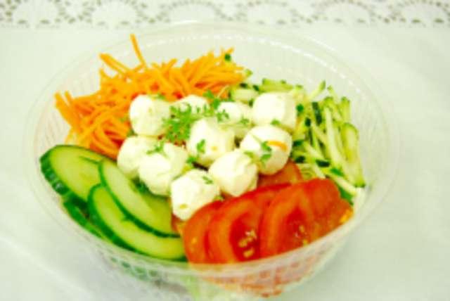 Bunter Salatteller mit Mozzarellakugeln, Dressing und Ciabatta-Sticks