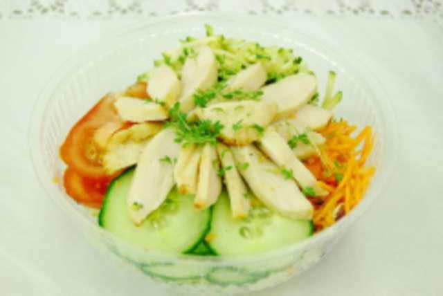 Bunter Salatteller mit Hähnchenbruststreifen, Dressing und Ciabatta-Sticks