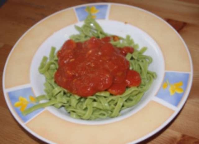 Grüne Nudeln mit Tomatensoße