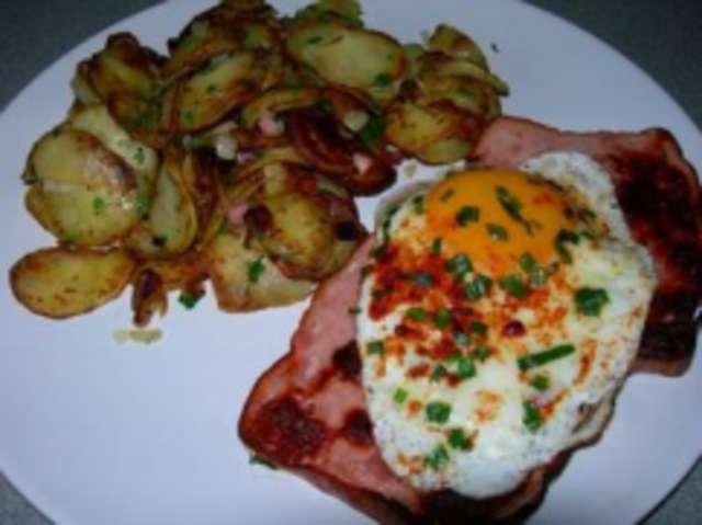 Leberkäse mit Ei und Bratkartoffeln