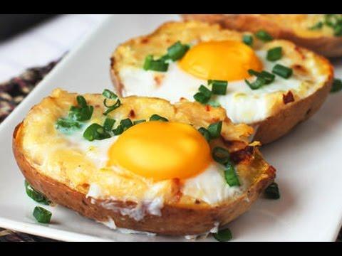 Potato Eggs mit Salat und Sour Cream