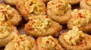 Deep Fried Deviled Eggs mit Salat