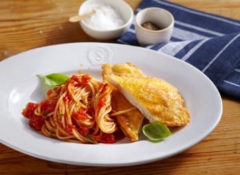 Piccata Millanese mit Nudeln und Tomatensoße