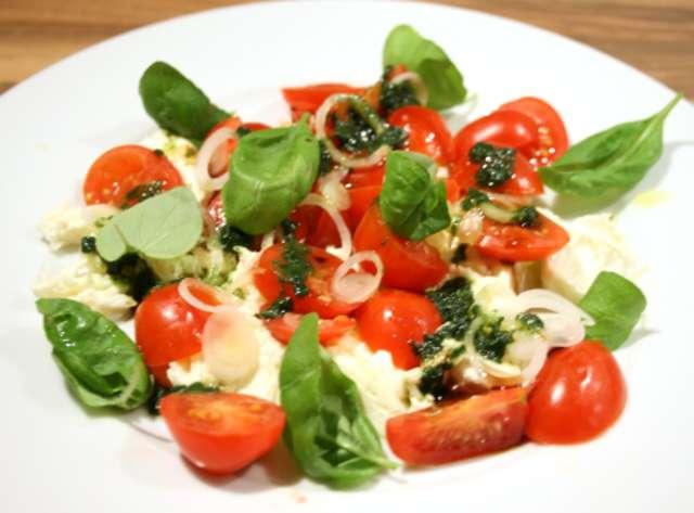 Gemischter Salat mit Tomate Mozzarella  und Baguette